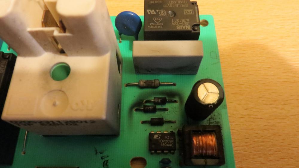 327093863_BoschClassixxPCBcrackedcomponent.thumb.JPG.42fd1778984539c20dc85573fe9fc25a.JPG